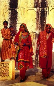 "Women wearing shalwar kameezes and dupattas, <a href=""http://en.wikipedia.org/wiki/File:Jaipur-India_n001.jpg"">image credit Steve Evans</a>"
